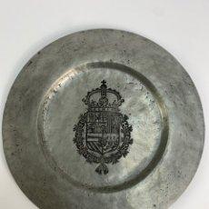 Antigüedades: PLATO DE ZINC CON ESCUDO. S.XX.. Lote 233265460