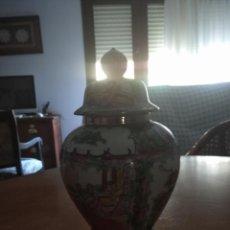 Antigüedades: TIBOT O JARRON DE PORCELANA DE MACAO CON PEANA DE MADERA. Lote 233377625