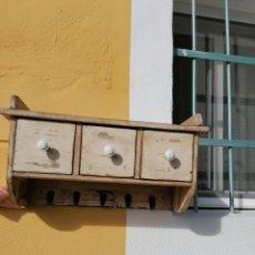 Antigüedades: ESTANTERÍA DE PARED RÚSTICA ANTIGUA. Lote 233391140
