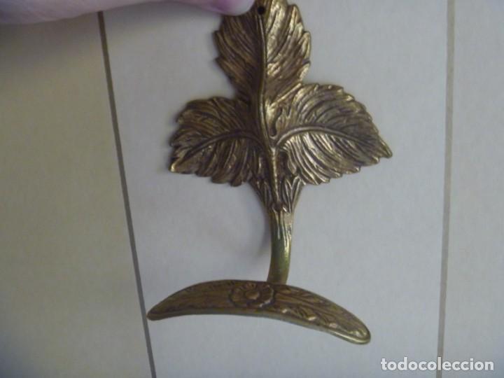 Antigüedades: ALZAPAÑOS SUJETA CORTINA PERCHAS COLGADOR HOJA LABRADA EN BRONCE - Foto 8 - 233414915