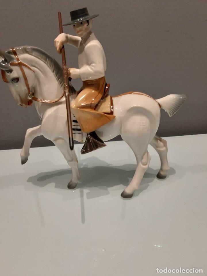 Antigüedades: MANADA TOROS PORCELANA DE ALGORA INCLUYENDO PICADOR Y CABESTRO - Foto 2 - 107684343