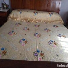 Antigüedades: BONITA COLCHA DE LAGARTERANA BORDADA A MANO, AMARILLA. PARA CAMA DE 135.. Lote 233555755