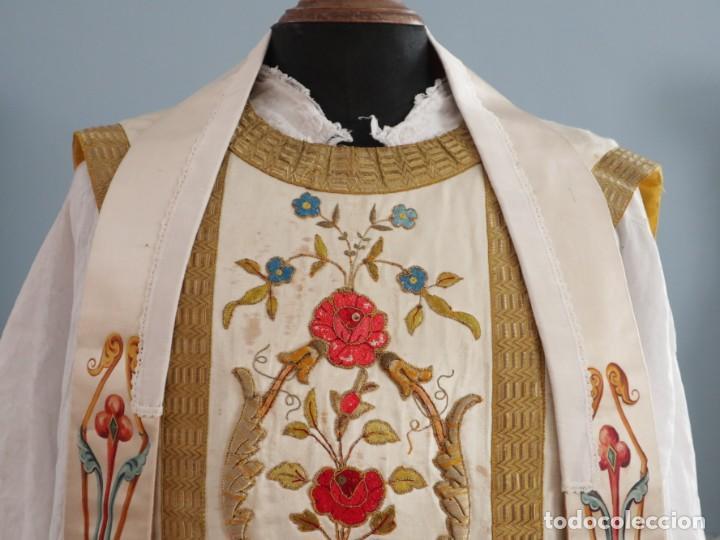 Antigüedades: Casulla confeccionada en seda bordada con sedas, oro y plata. Hacia 1900. - Foto 2 - 233608775