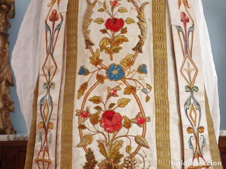 Antigüedades: Casulla confeccionada en seda bordada con sedas, oro y plata. Hacia 1900. - Foto 3 - 233608775