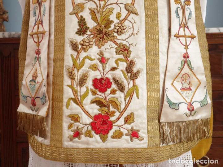 Antigüedades: Casulla confeccionada en seda bordada con sedas, oro y plata. Hacia 1900. - Foto 4 - 233608775