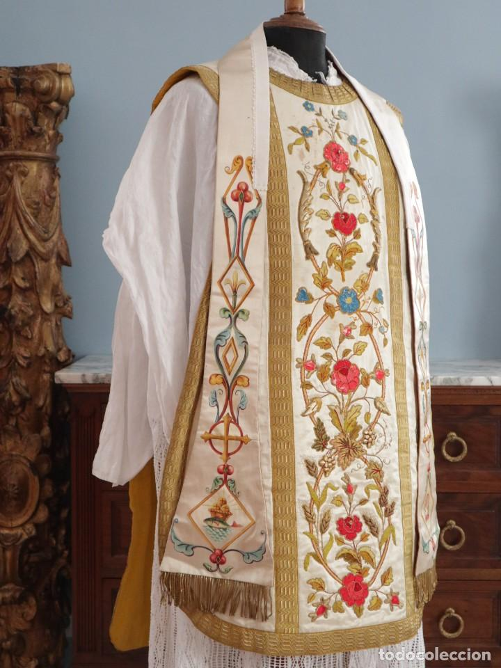 Antigüedades: Casulla confeccionada en seda bordada con sedas, oro y plata. Hacia 1900. - Foto 5 - 233608775