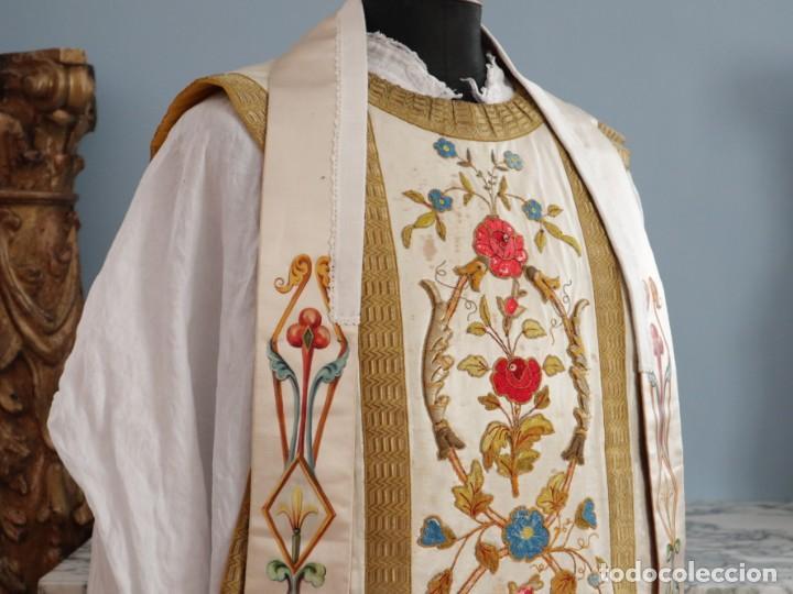 Antigüedades: Casulla confeccionada en seda bordada con sedas, oro y plata. Hacia 1900. - Foto 6 - 233608775