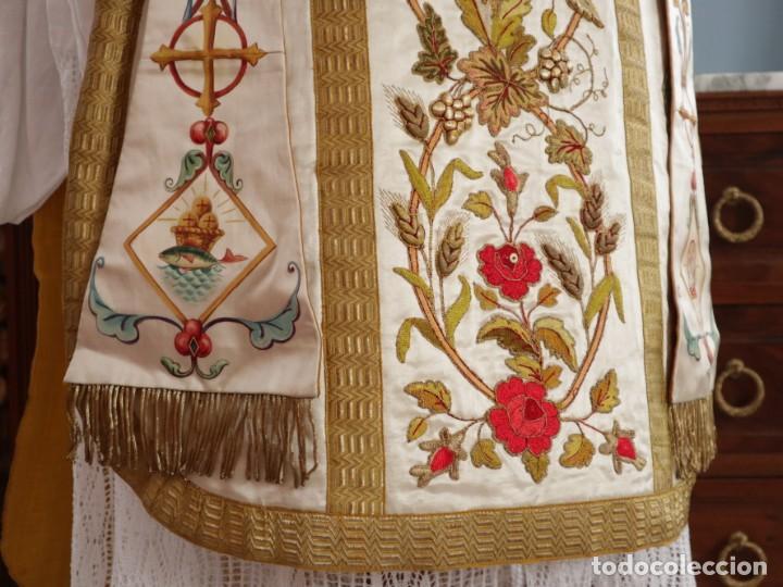 Antigüedades: Casulla confeccionada en seda bordada con sedas, oro y plata. Hacia 1900. - Foto 7 - 233608775