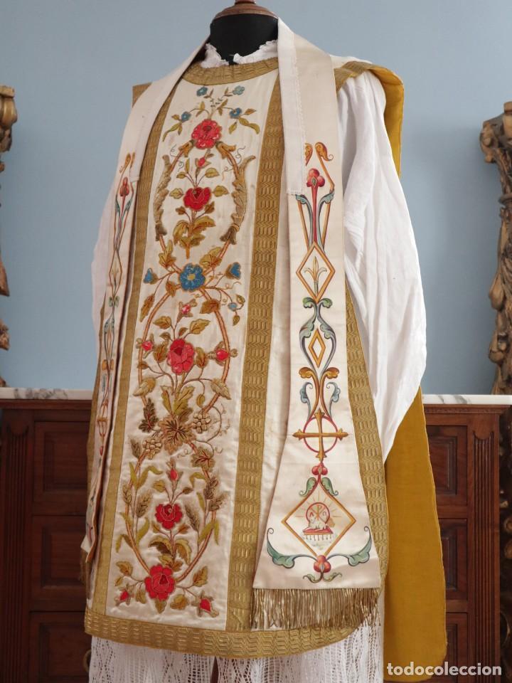 Antigüedades: Casulla confeccionada en seda bordada con sedas, oro y plata. Hacia 1900. - Foto 9 - 233608775