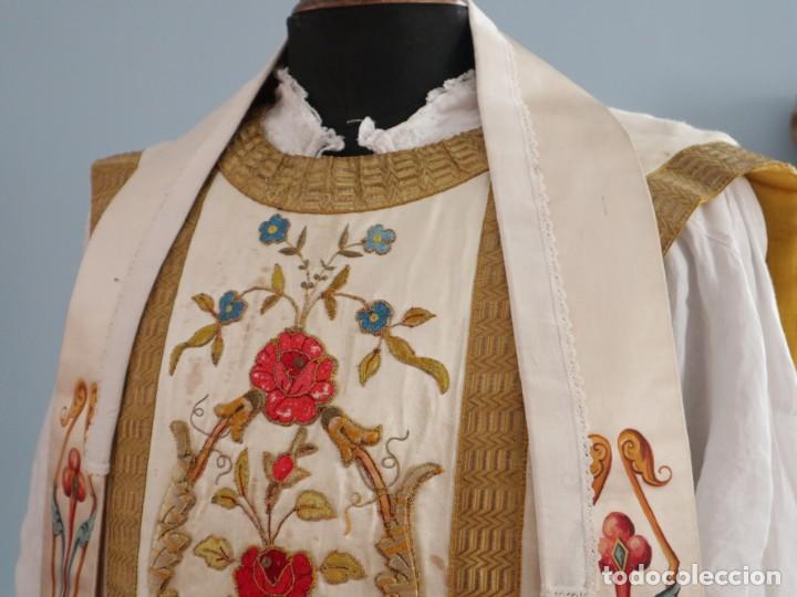 Antigüedades: Casulla confeccionada en seda bordada con sedas, oro y plata. Hacia 1900. - Foto 10 - 233608775