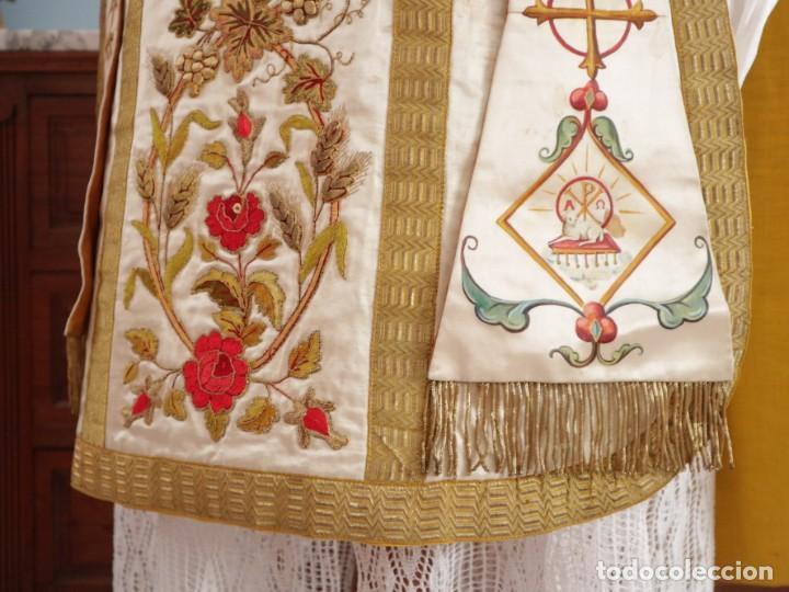 Antigüedades: Casulla confeccionada en seda bordada con sedas, oro y plata. Hacia 1900. - Foto 11 - 233608775