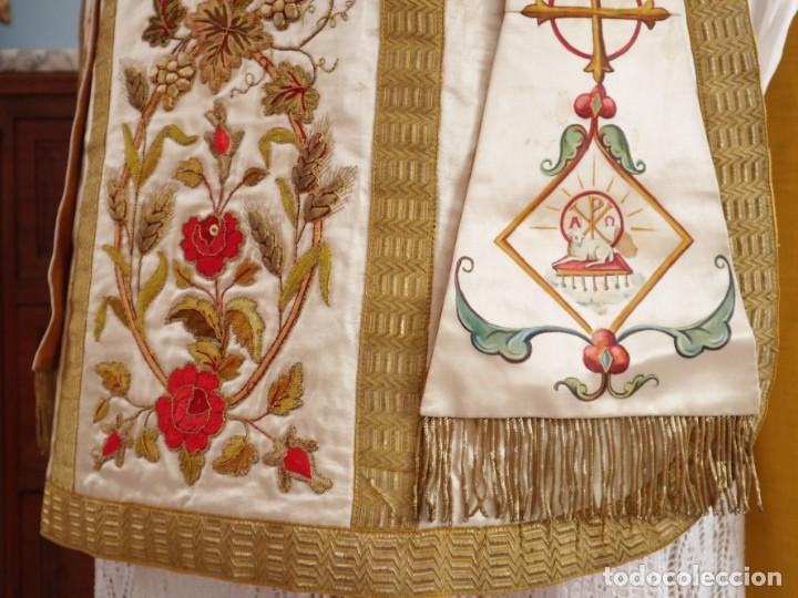 Antigüedades: Casulla confeccionada en seda bordada con sedas, oro y plata. Hacia 1900. - Foto 12 - 233608775