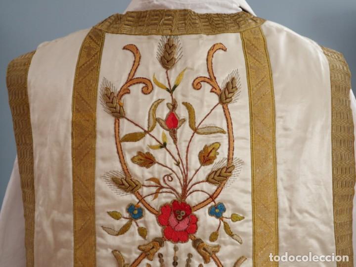 Antigüedades: Casulla confeccionada en seda bordada con sedas, oro y plata. Hacia 1900. - Foto 14 - 233608775