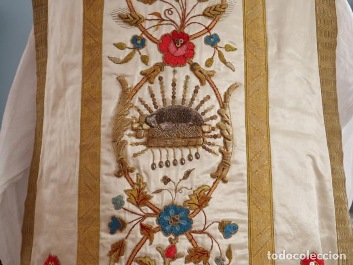 Antigüedades: Casulla confeccionada en seda bordada con sedas, oro y plata. Hacia 1900. - Foto 15 - 233608775