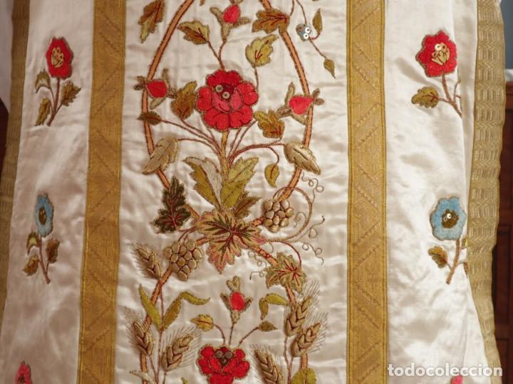Antigüedades: Casulla confeccionada en seda bordada con sedas, oro y plata. Hacia 1900. - Foto 16 - 233608775