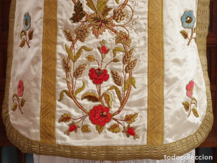 Antigüedades: Casulla confeccionada en seda bordada con sedas, oro y plata. Hacia 1900. - Foto 17 - 233608775