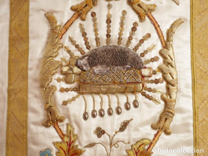Antigüedades: Casulla confeccionada en seda bordada con sedas, oro y plata. Hacia 1900. - Foto 18 - 233608775