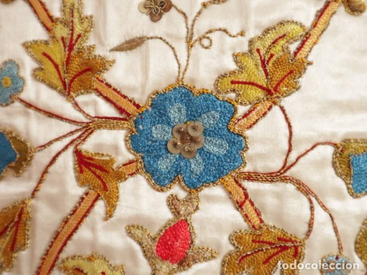 Antigüedades: Casulla confeccionada en seda bordada con sedas, oro y plata. Hacia 1900. - Foto 19 - 233608775