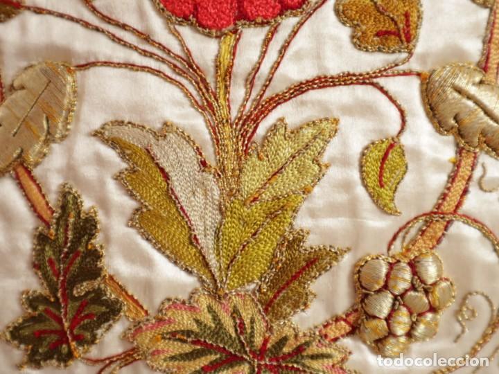 Antigüedades: Casulla confeccionada en seda bordada con sedas, oro y plata. Hacia 1900. - Foto 20 - 233608775