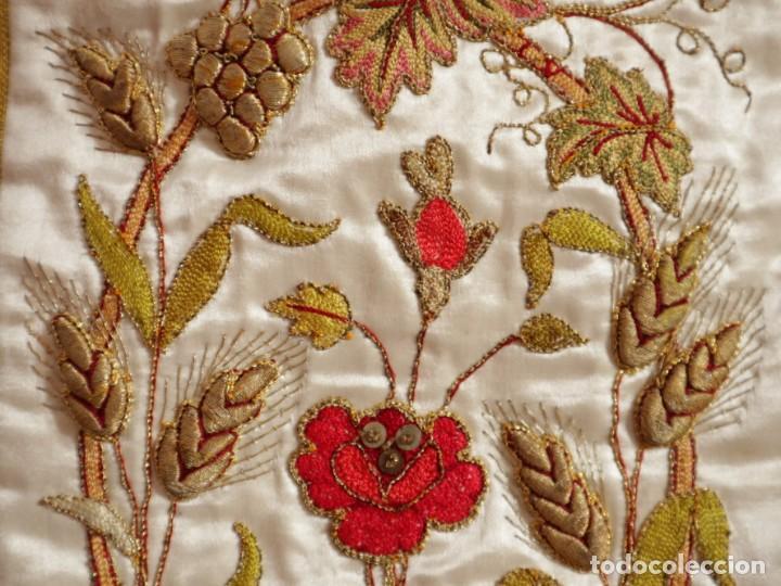 Antigüedades: Casulla confeccionada en seda bordada con sedas, oro y plata. Hacia 1900. - Foto 21 - 233608775