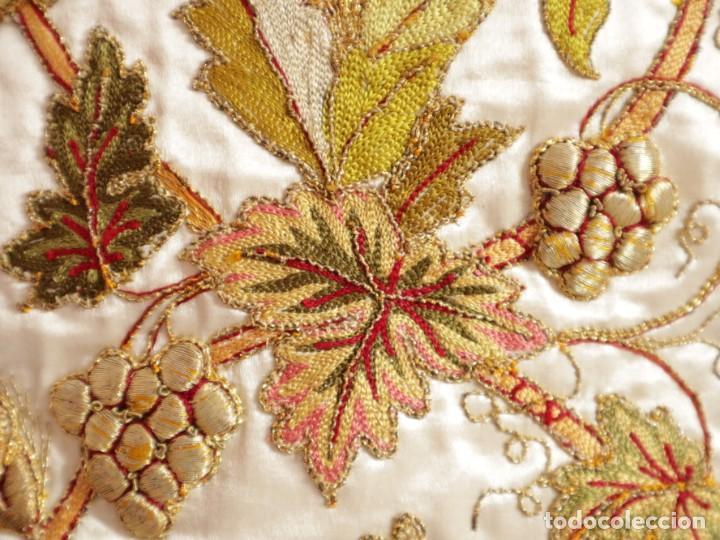 Antigüedades: Casulla confeccionada en seda bordada con sedas, oro y plata. Hacia 1900. - Foto 22 - 233608775