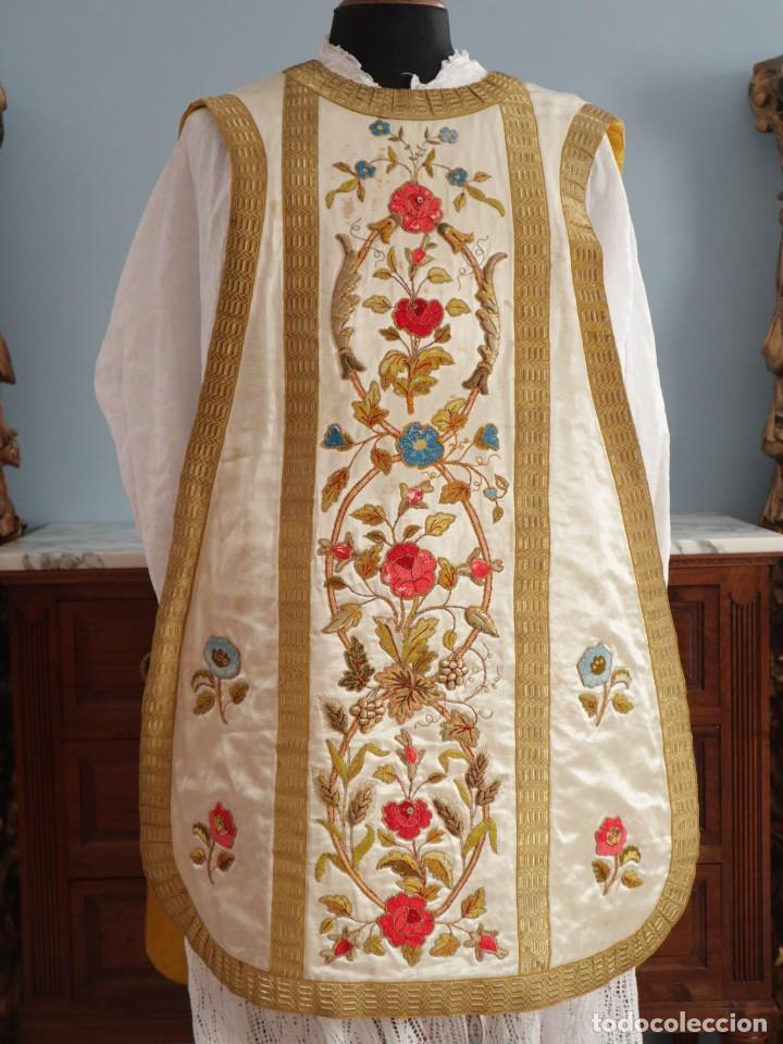 Antigüedades: Casulla confeccionada en seda bordada con sedas, oro y plata. Hacia 1900. - Foto 23 - 233608775