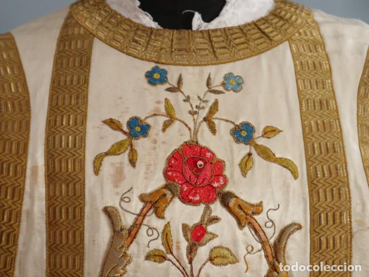 Antigüedades: Casulla confeccionada en seda bordada con sedas, oro y plata. Hacia 1900. - Foto 24 - 233608775