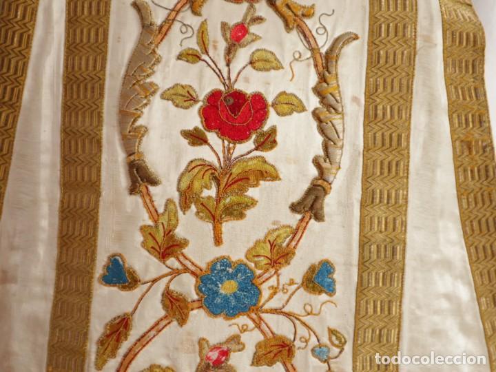 Antigüedades: Casulla confeccionada en seda bordada con sedas, oro y plata. Hacia 1900. - Foto 25 - 233608775