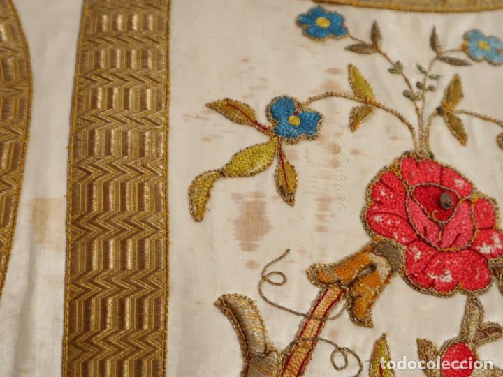 Antigüedades: Casulla confeccionada en seda bordada con sedas, oro y plata. Hacia 1900. - Foto 26 - 233608775