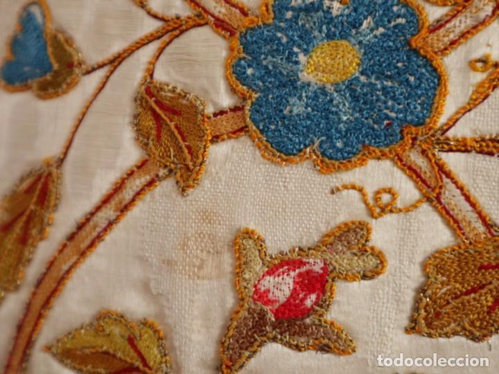 Antigüedades: Casulla confeccionada en seda bordada con sedas, oro y plata. Hacia 1900. - Foto 30 - 233608775