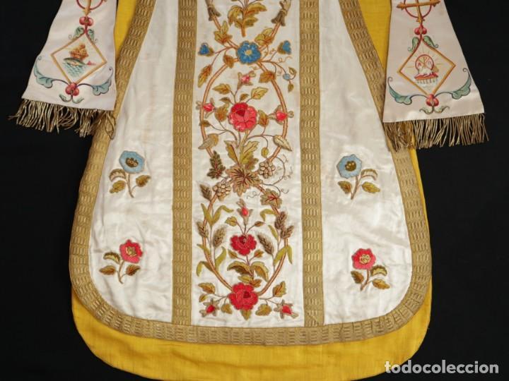 Antigüedades: Casulla confeccionada en seda bordada con sedas, oro y plata. Hacia 1900. - Foto 34 - 233608775