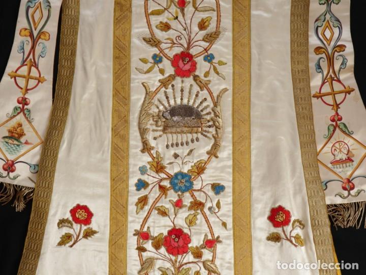 Antigüedades: Casulla confeccionada en seda bordada con sedas, oro y plata. Hacia 1900. - Foto 38 - 233608775
