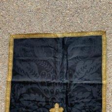 Antigüedades: PAÑO DE ALTAR SEDA LITURGIA RELIGIOSO NEGRO Y DORADO GALON CRUZ 55 X 55. Lote 233707990