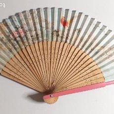 Antigüedades: ANTIGUO ABANICO CHINO. MOTIVOS DE PAJAROS Y FLORES. FILO PLATEADO. VARILLAJE DE MADERA. Lote 233726660
