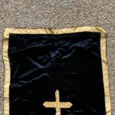 Antigüedades: PAÑO SEDA GALON DORADO CRUZ LITURGIA TEXTIL RELIGIOSO 50X48CM. Lote 233731595