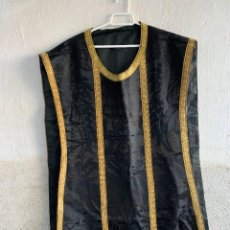 Antigüedades: CASULLA TEXTIL RELIGIOSO LITURGIA SEDA NEGRA GALON DORADO PPIO S XX 100X59 CM. Lote 233735105