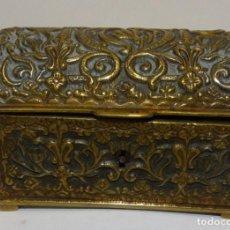 Antigüedades: CAJA JOYERO COFRE NEOGÓTICO BRONCE SOBRE DORADO CIRCA 1900. Lote 233744365