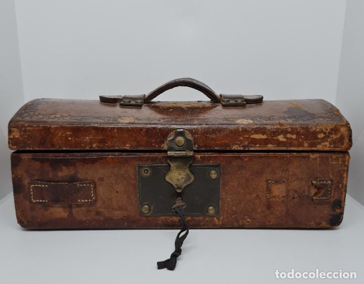 Antigüedades: MUY BONITO BAUL,COFRE DE VIAJE,ALMA DE MADERA FORRADO EN CUERO REPUJADO,S. XVIII-XIX - Foto 2 - 233754685