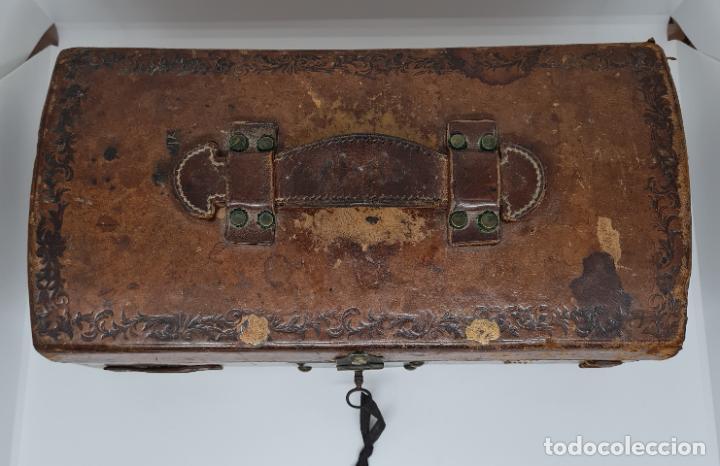 Antigüedades: MUY BONITO BAUL,COFRE DE VIAJE,ALMA DE MADERA FORRADO EN CUERO REPUJADO,S. XVIII-XIX - Foto 6 - 233754685