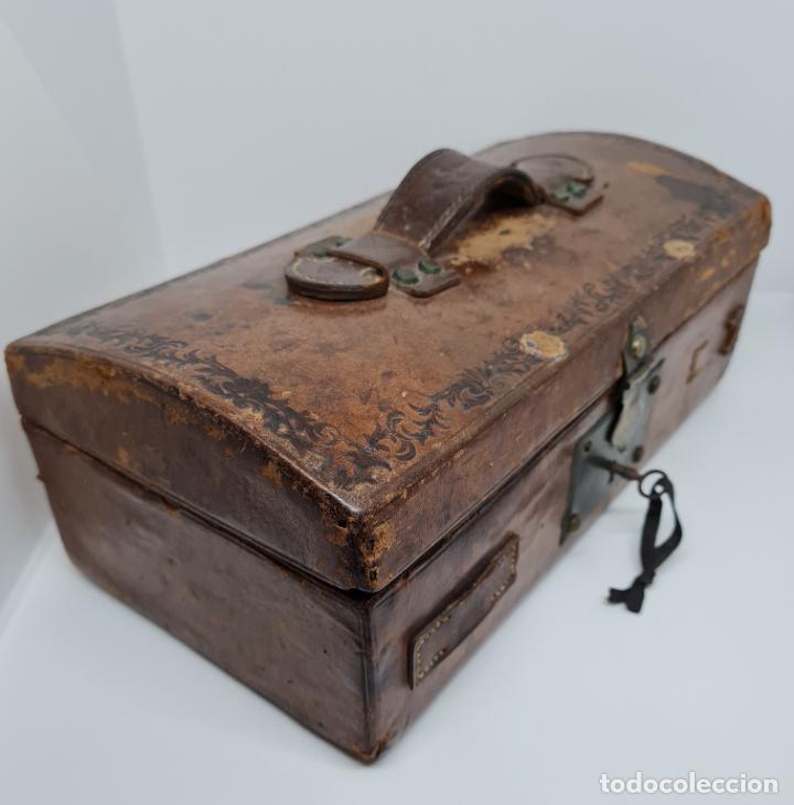 Antigüedades: MUY BONITO BAUL,COFRE DE VIAJE,ALMA DE MADERA FORRADO EN CUERO REPUJADO,S. XVIII-XIX - Foto 8 - 233754685