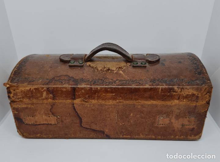 Antigüedades: MUY BONITO BAUL,COFRE DE VIAJE,ALMA DE MADERA FORRADO EN CUERO REPUJADO,S. XVIII-XIX - Foto 10 - 233754685