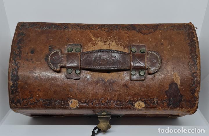 Antigüedades: MUY BONITO BAUL,COFRE DE VIAJE,ALMA DE MADERA FORRADO EN CUERO REPUJADO,S. XVIII-XIX - Foto 11 - 233754685