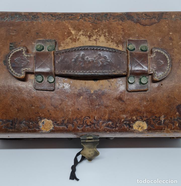 Antigüedades: MUY BONITO BAUL,COFRE DE VIAJE,ALMA DE MADERA FORRADO EN CUERO REPUJADO,S. XVIII-XIX - Foto 12 - 233754685