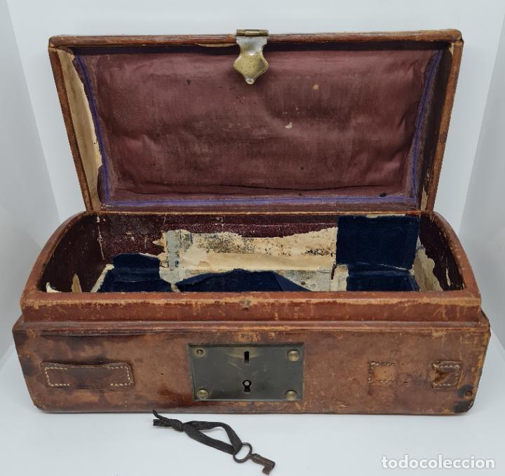 Antigüedades: MUY BONITO BAUL,COFRE DE VIAJE,ALMA DE MADERA FORRADO EN CUERO REPUJADO,S. XVIII-XIX - Foto 13 - 233754685