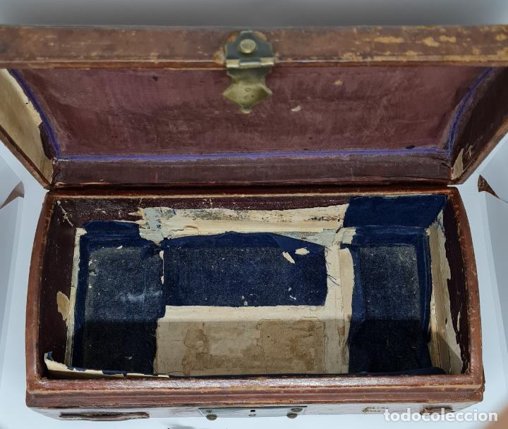 Antigüedades: MUY BONITO BAUL,COFRE DE VIAJE,ALMA DE MADERA FORRADO EN CUERO REPUJADO,S. XVIII-XIX - Foto 14 - 233754685