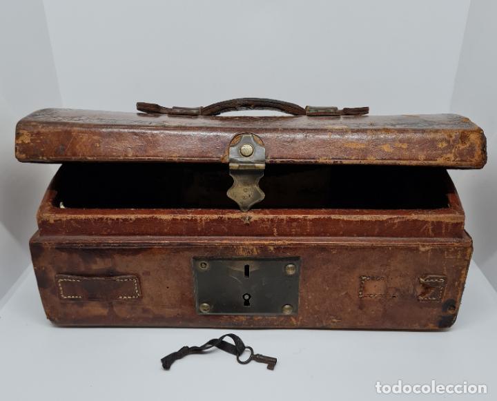 Antigüedades: MUY BONITO BAUL,COFRE DE VIAJE,ALMA DE MADERA FORRADO EN CUERO REPUJADO,S. XVIII-XIX - Foto 15 - 233754685