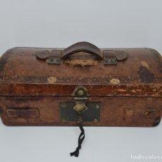 Antigüedades: MUY BONITO BAUL,COFRE DE VIAJE,ALMA DE MADERA FORRADO EN CUERO REPUJADO,S. XVIII-XIX. Lote 233754685