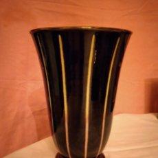 Antigüedades: PRECIOSO JARRÓN DE CERAMIK GERMANY NUMERADO, COLOR NEGRO CON RAYAS DE TONOS AMARILLOS Y ROSAS.. Lote 233785750