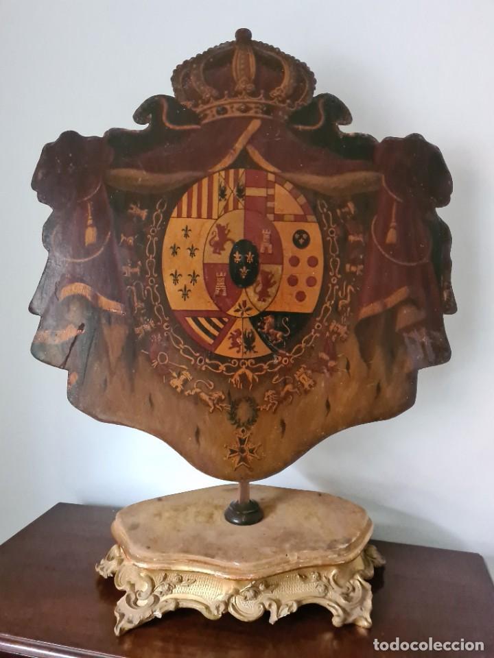 MAGNÍFICO ESCUDO DE ARMAS DE CARLOS III, S. XVIII, OLEO SOBRE METAL, PEANA DE LA ÉPOCA. (Antigüedades - Hogar y Decoración - Otros)