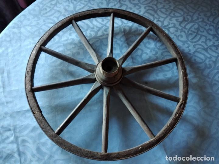 Antigüedades: Antigua rueda de carroza pequeña, con señales de haber sufrido infección. - Foto 2 - 234122270